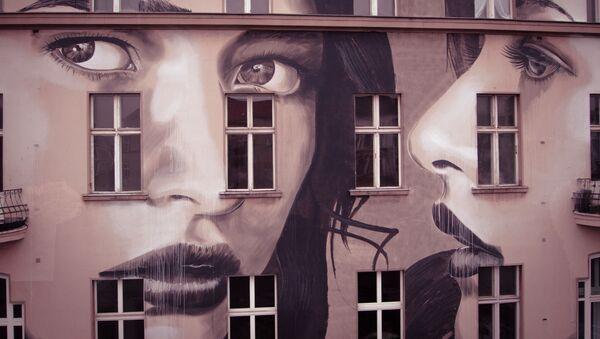 Rostro femenino creado por el muralista australiano 'Rone'. - Sputnik Mundo