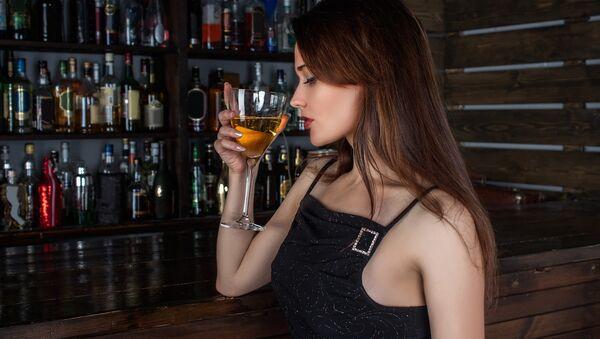 Una chica con una copa - Sputnik Mundo