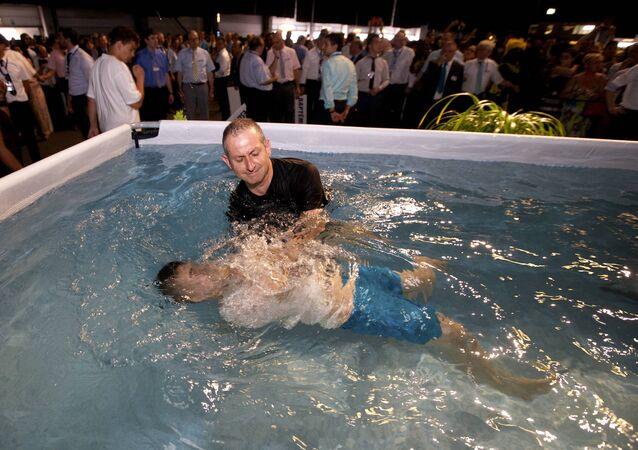 Una ceremonia del baptismo de los Testigos de Jehová