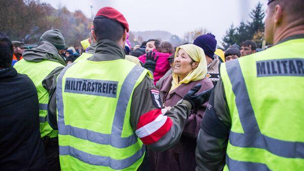 El ejército austriaco frente a una multitud de inmigrantes - Sputnik Mundo