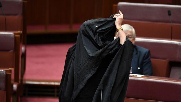 Pauline Hanson se quita un burka en el Parlamento de Canberra - Sputnik Mundo