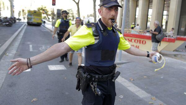 Un policía en Barcelona tras el atropello - Sputnik Mundo