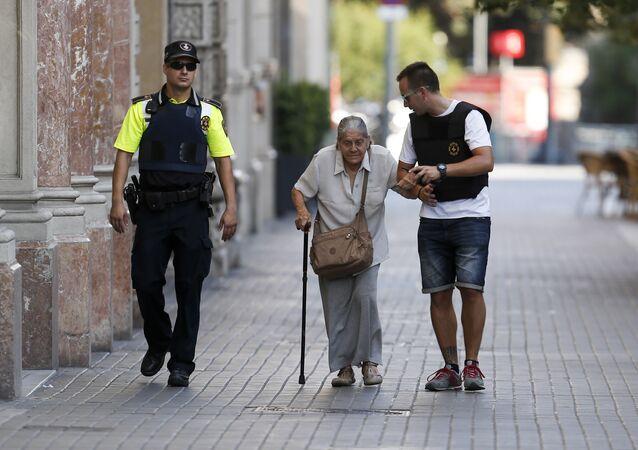 Policías ayudan a una anciana en Las Ramblas en Barcelona