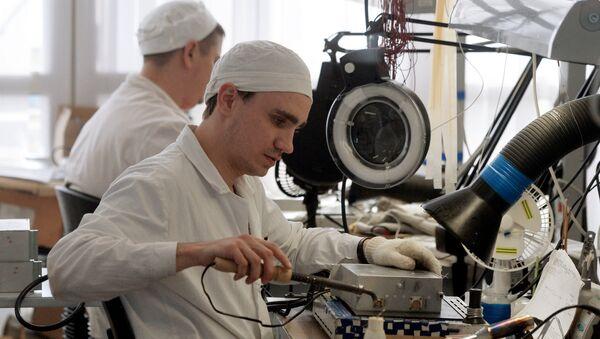 Un empleado de una fábrica mecánica de la ciudad rusa de Kazán - Sputnik Mundo