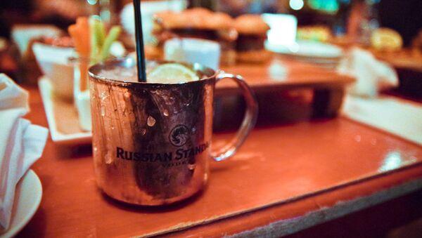 El cóctel Moscow Mule se sirve tradicionalmente en una taza de cobre - Sputnik Mundo