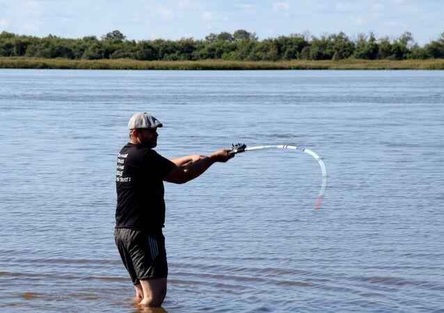Un hombre pescando