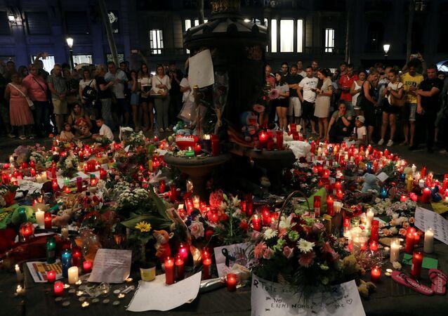 Flores en memoria de las víctimas de los atentados de Barcelona y Cambrils, España (archivo)