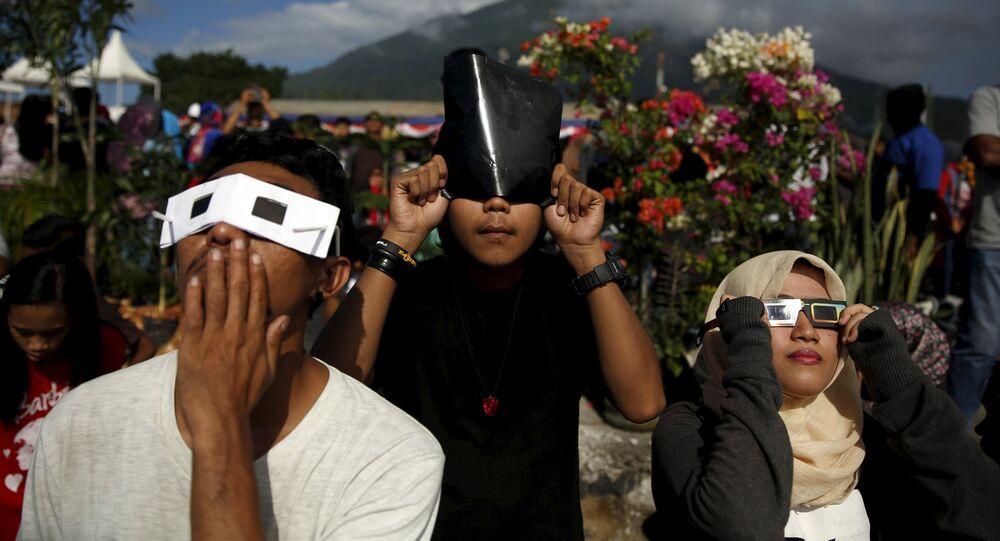 Jóvenes observan un eclipse solar en Indonesia (archivo)