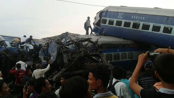 El tren descarrilado en Uttar Pradesh, la India - Sputnik Mundo