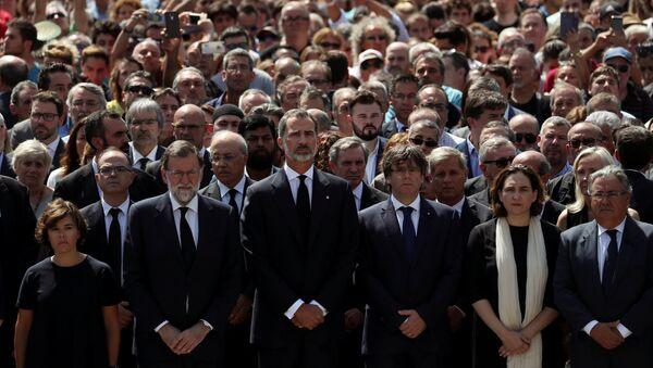 El presidente de España, Mariano Rajoy, el Rey de España, Felipe VI, el presidente de Cataluña, Carles Puigdemont y la alcaldesa de Barcelona, Ada Colau durante el minuto de silencio por las víctimas del atentado de Barcelona - Sputnik Mundo