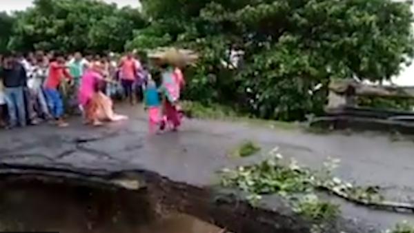 Un puente se cae en la India durante unas inundaciones - Sputnik Mundo