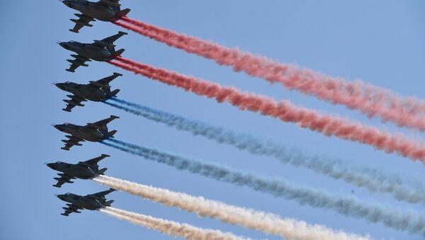 Aviones militares rusos dibujan la bandera de Rusia en los cielos de Moscú (archivo) - Sputnik Mundo