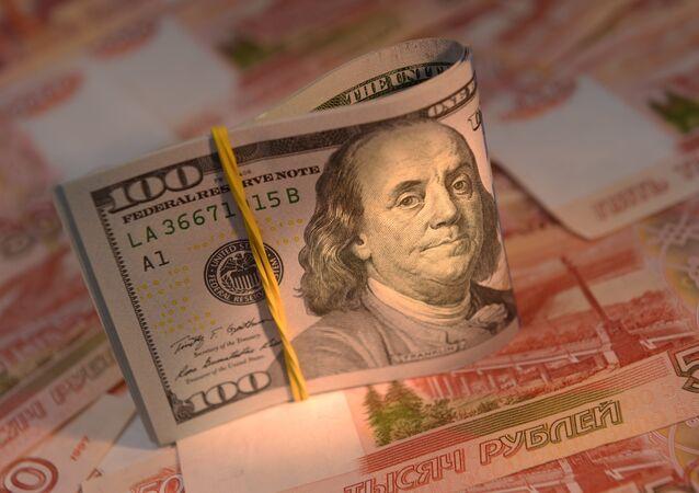 Rublos rusos y dólares estadounisenses