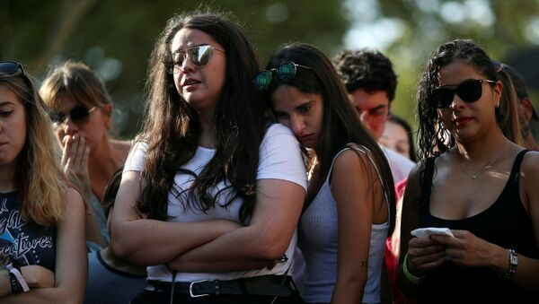 La gente tras el atentado en Barcelona - Sputnik Mundo