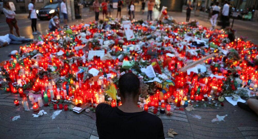 La gente rinde homenaje a las víctimas del atentado en La Rambla, Barcelona