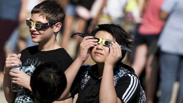 Niños prueban gafas con filtro solar antes del eclipse del Sol del 21 de agosto de 2017 - Sputnik Mundo