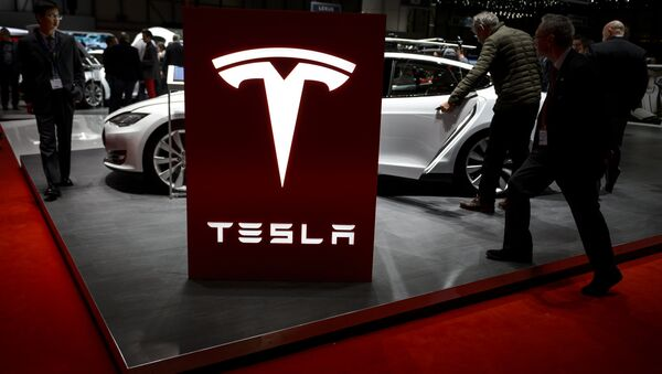 Visitor are seen at the booth of US electric carmaker Tesla Motors, during the press day of the Geneva Car Show on March 4, 2015 in Geneva - Sputnik Mundo