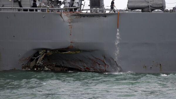 El daño del destructor estadounidense USS John S. McCain tras la colisión con el buque mercante - Sputnik Mundo