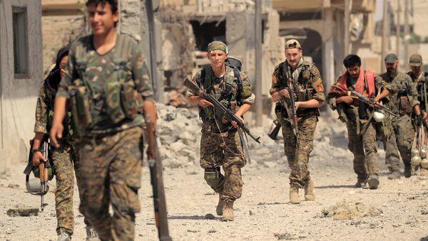Combatientes del FDS en Raqa, Siria (archivo) - Sputnik Mundo