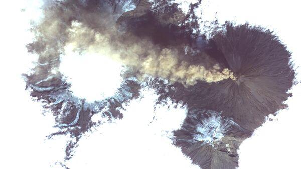 La imagen tomada desde el espacio del volcán Shiveluch - Sputnik Mundo