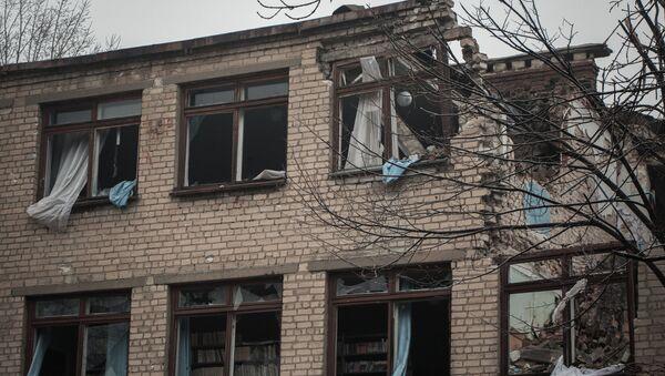 Una escuela afectada por los bombardeos en Donbás (archivo) - Sputnik Mundo