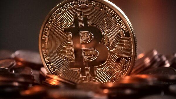 Un bitcoin - Sputnik Mundo