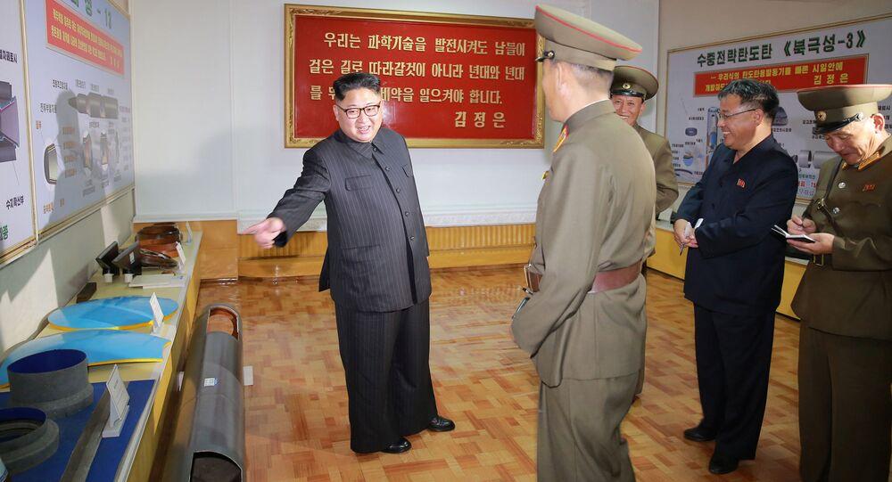 Kim Jong-Un enseña durante una visita al Instituto de Materiales Químicos de la Academia de Ciencias de la Defensa