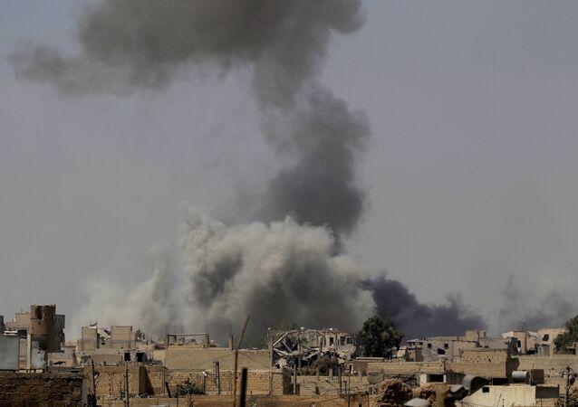 El ataque de la coalición internacional en Al Raqa, Siria