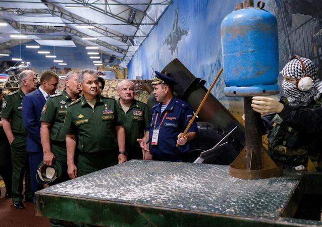 El ministro de Defensa de Rusia, general de Ejército Serguéi Shoigú, pasó la revista de armas de fabricación industrial y casera arrebatadas a los yihadistas en Siria