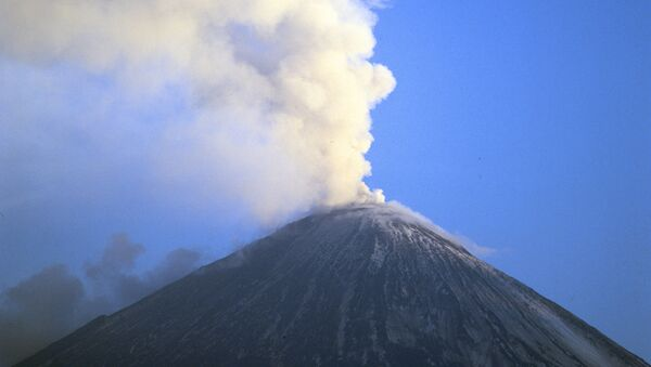 Volcán Kliuchevskói en la región rusa de Kamchatka - Sputnik Mundo