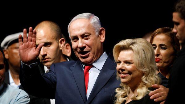 Primer ministro de Israel, Benjamín Netanyahu, con su esposa (archivo) - Sputnik Mundo