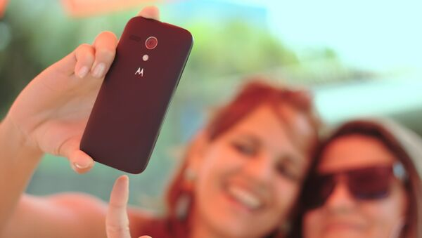 Chicas sacan selfie - Sputnik Mundo