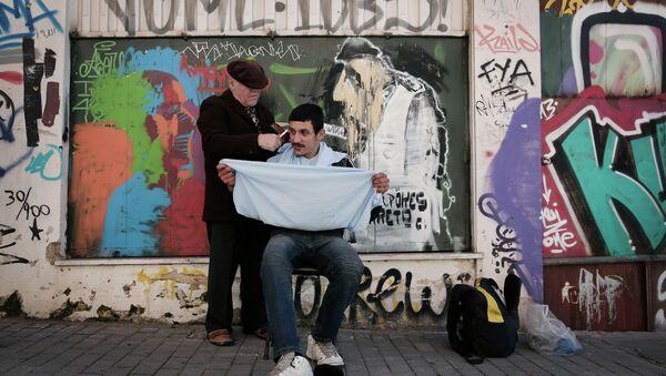 Un peluquero atiende a un cliente en el centro de Atenas (imagen referencial) - Sputnik Mundo
