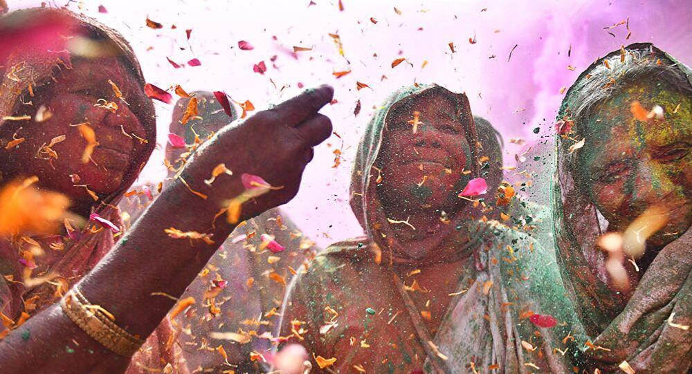 'Joli con otras viudas celebrando el festival de colores en el templo de Gopinath', foto para el concurso fotográfico Andréi Stenin
