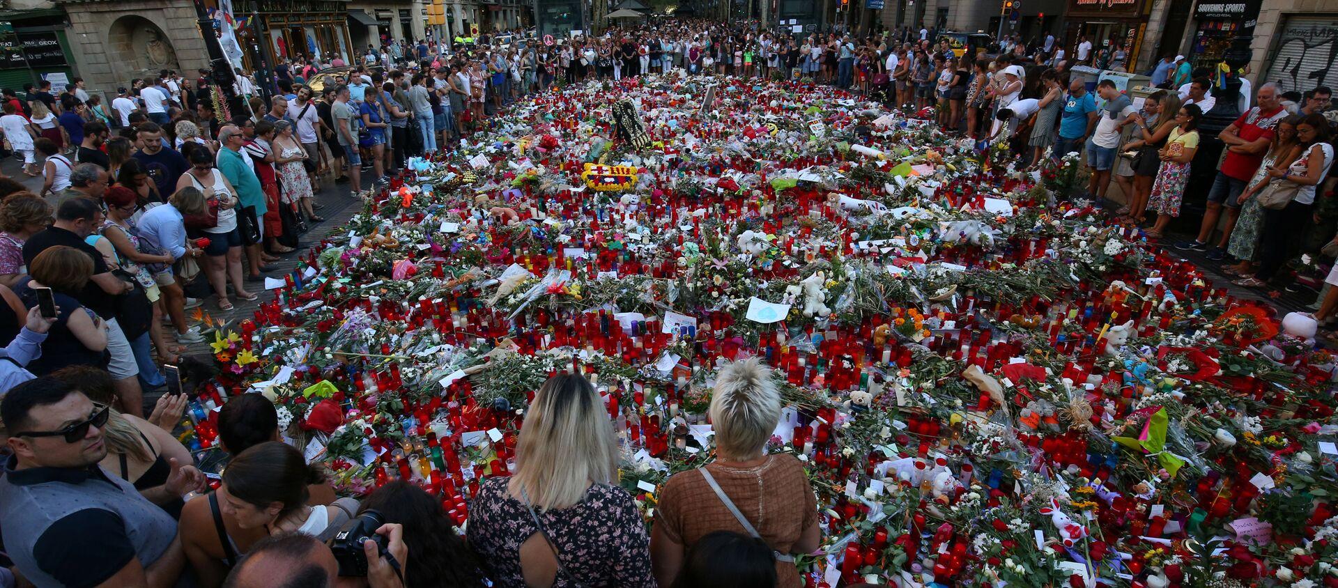 La gente rinde homenaje a las víctimas del atentado en La Rambla, Barcelona - Sputnik Mundo, 1920, 14.08.2020