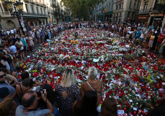 La gente rinde homenaje a las víctimas del atentado en La Rambla, Barcelona (archivo)