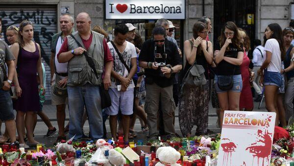 Скорбящие люди на месте наезда автомобиля на людей в Барселоне, Испания - Sputnik Mundo