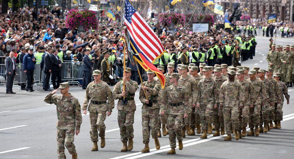 Soldados estadounidenses marchan durante el desfile celebrado en Kiev