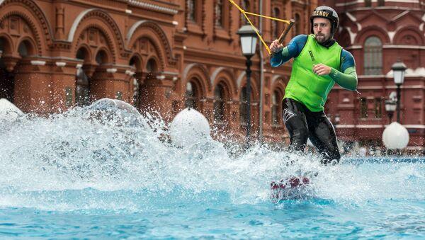 Un hombre practica el esquí acuático - Sputnik Mundo