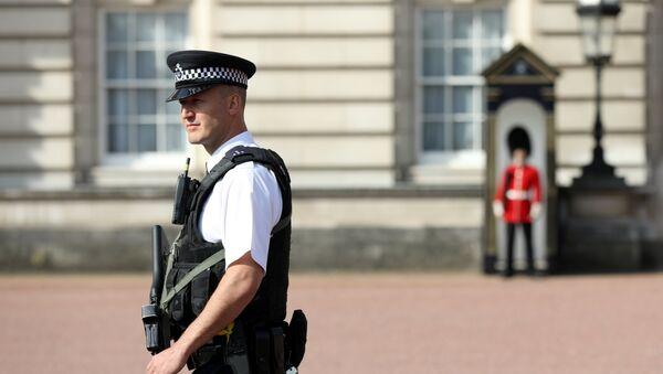 Policía enfrente del Palacio de Buckingham, Londres, Reino Unido - Sputnik Mundo