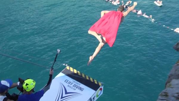 Un 'superman' semidesnudo salta desde acantilados en Crimea - Sputnik Mundo