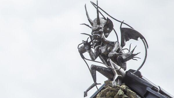 Uno demonio en lo alto de una casa - Sputnik Mundo