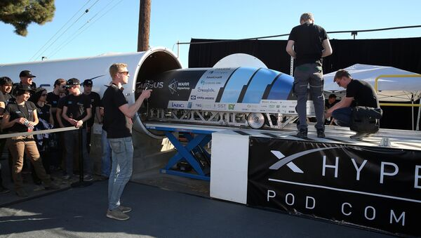 Team members from WARR Hyderloop, Technical University of Munich place their pod on the track during the SpaceX Hyperloop Pod Competition in Hawthorne, Los Angeles, California, U.S., January 29, 2017 - Sputnik Mundo