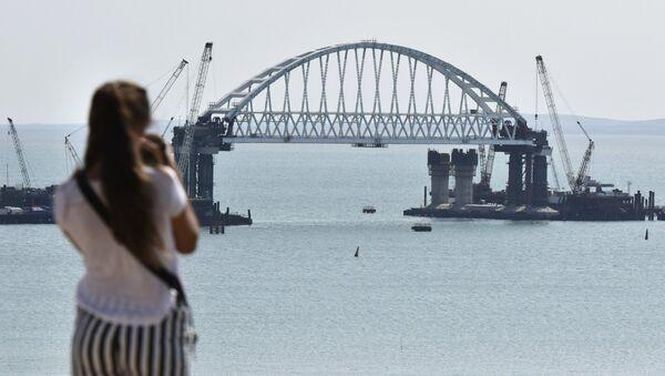 Las impresionantes obras del puente de Crimea sobre el estrecho de Kerch - Sputnik Mundo