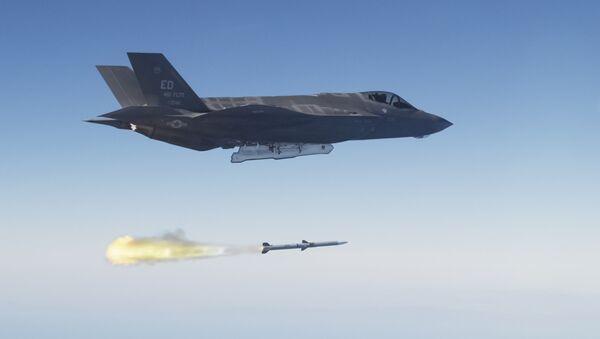 An F-35 Lightning II launches an AIM-120 advanced medium range air-to-air missile - Sputnik Mundo