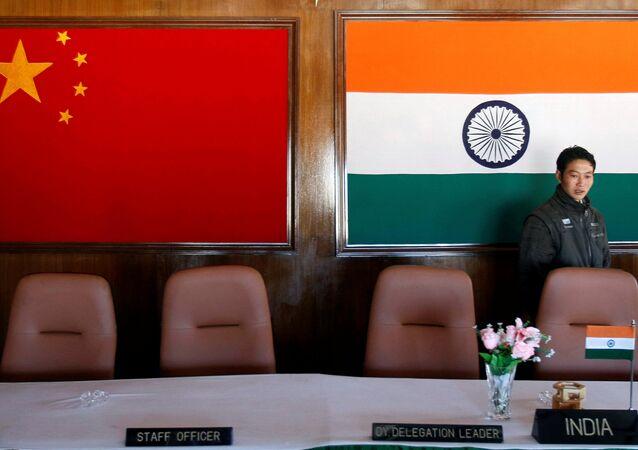 Las banderas de China y la India