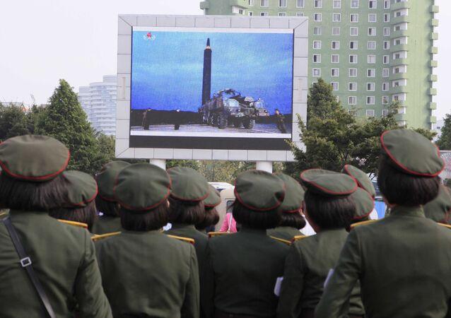 Los norcoreanos observan en una pantalla el lanzamiento del misil balístico