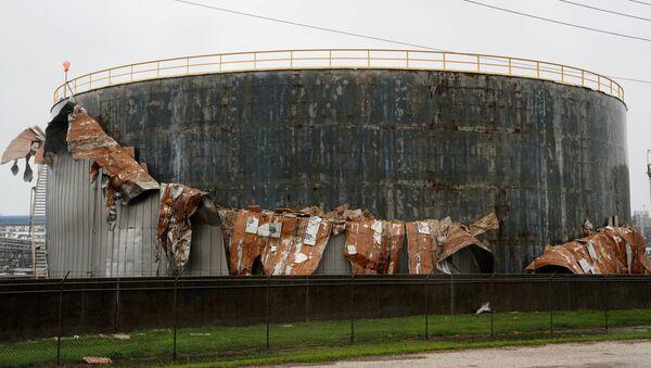 Un tanque de petróleo dañado por el huracán Harvey - Sputnik Mundo