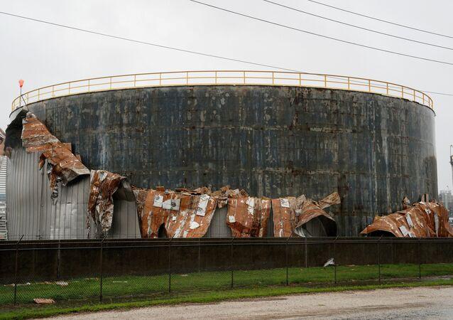 Un tanque de petróleo dañado por el huracán Harvey