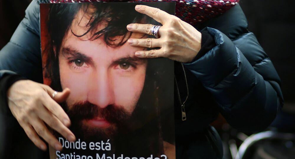 Un cartel con la imagen de Santiago Maldonado, activista argentino desaparecido (archivo)